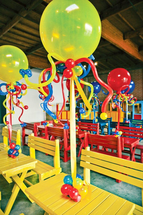 coles party train primary color table decorations and balloons