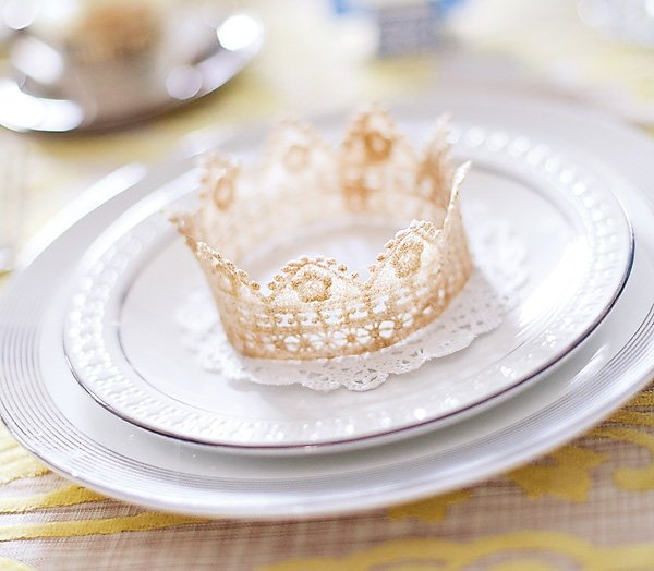snow white party place setting gold crown