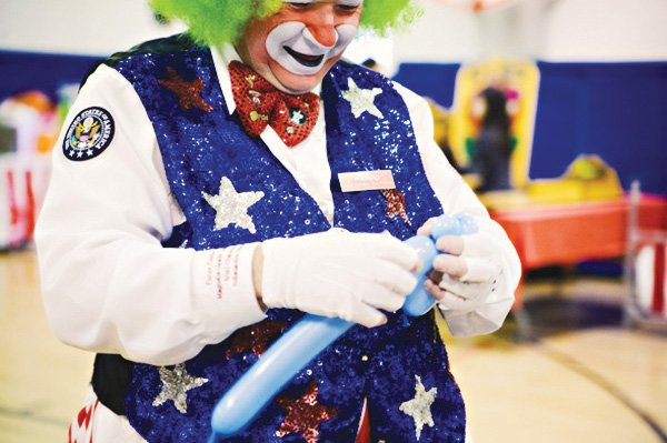 circus party ideas with a clown and balloons