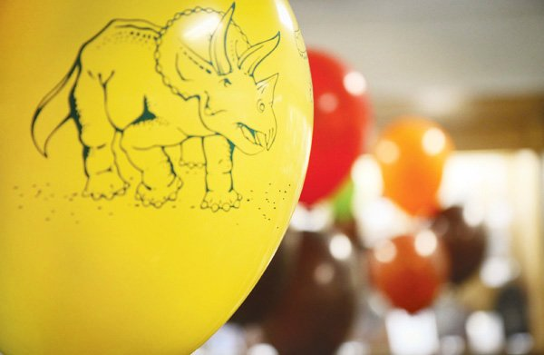 dinosaur boy birthday party balloons