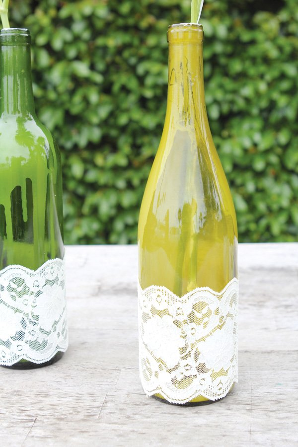 lace decorated wine bottle diy