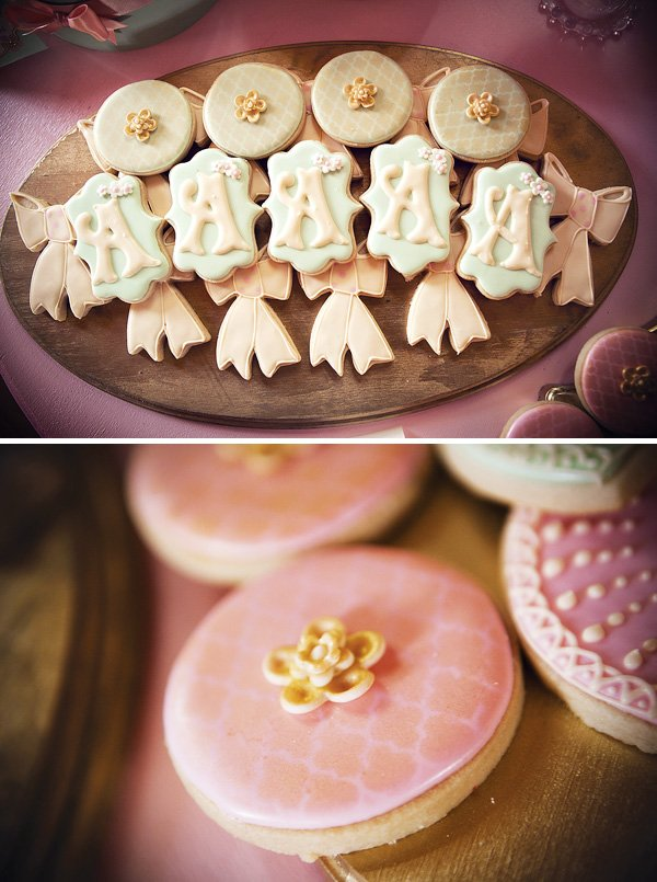 Pretty monogram and bow cookies