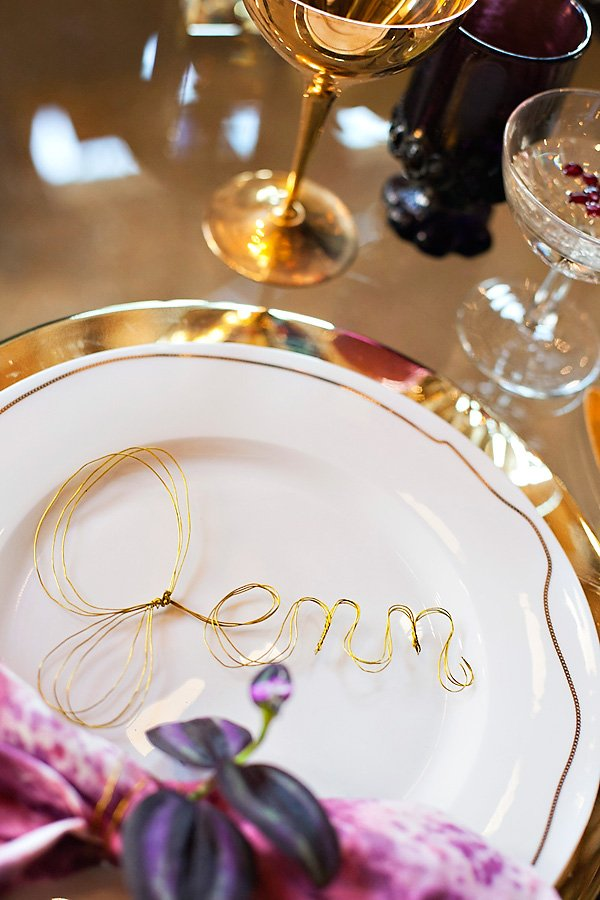 glam gold and white table setting ideas with wire shaped name place card