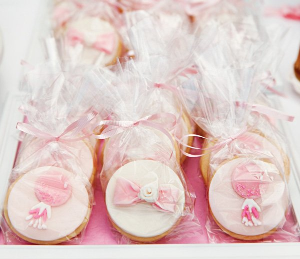 balloon and bow cookie party favors