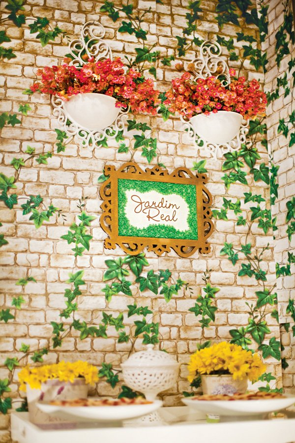 garden party ivy walls to create a castle