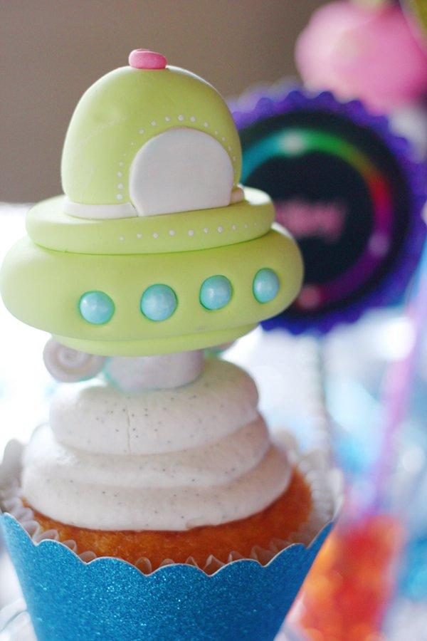 fondant-spaceship-cupcake-topper