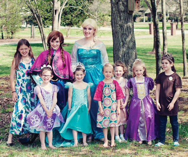 at this frozen birthday party, elsa and anna visit