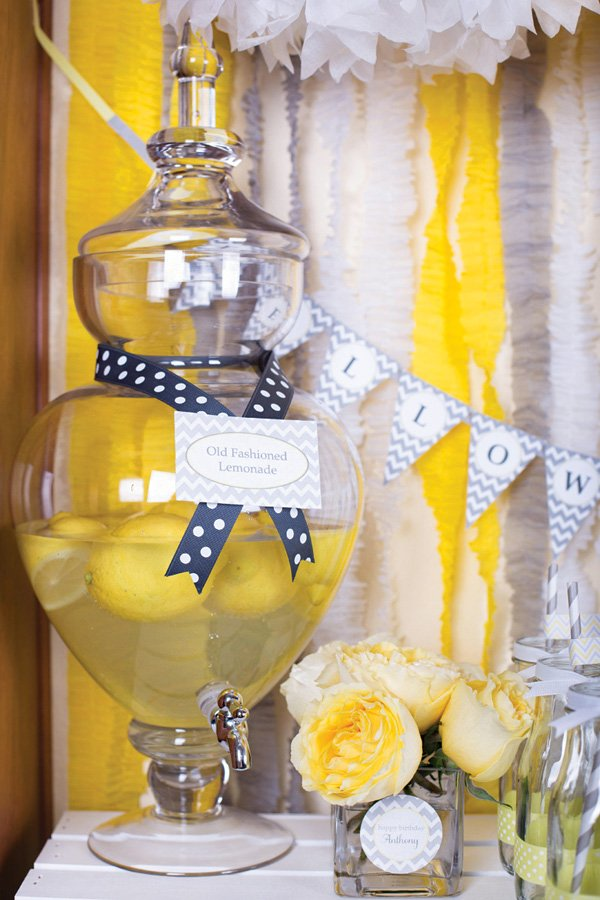 old fashioned lemonade display