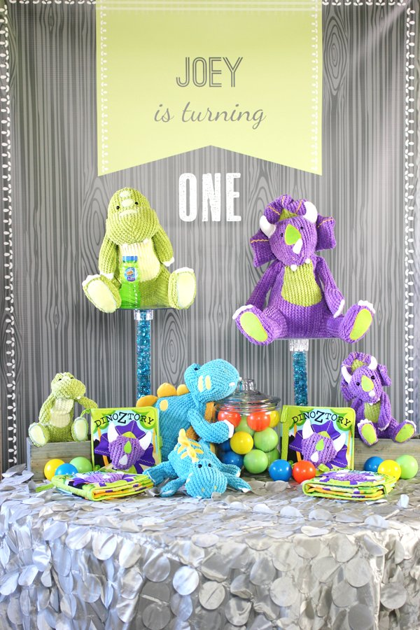 dinosaur-party-favor-table