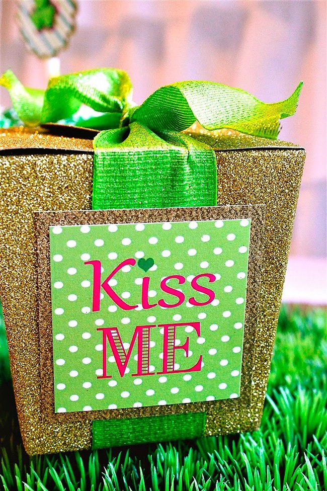 kiss me party favor
