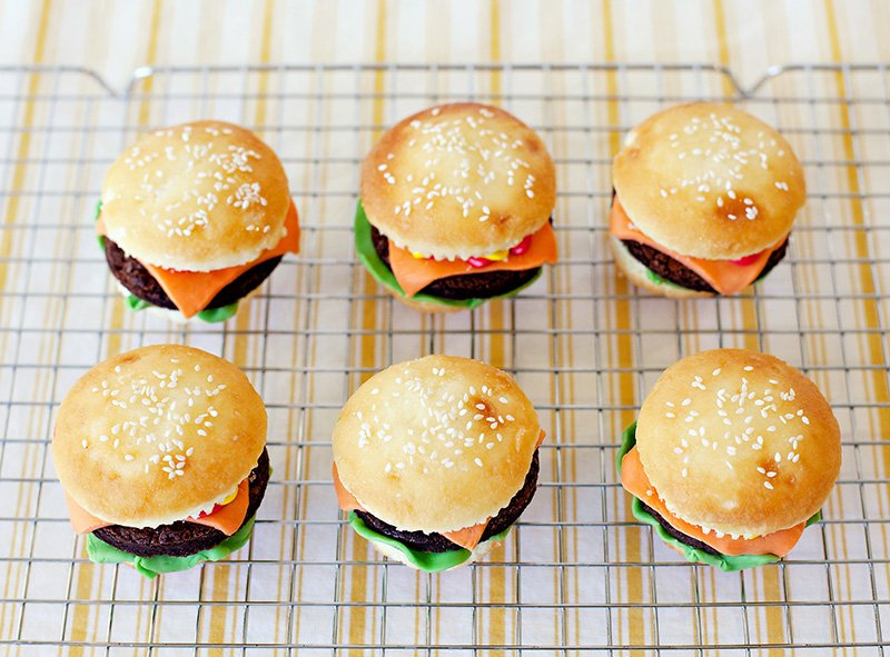 cupcakes that look like cheeseburgers